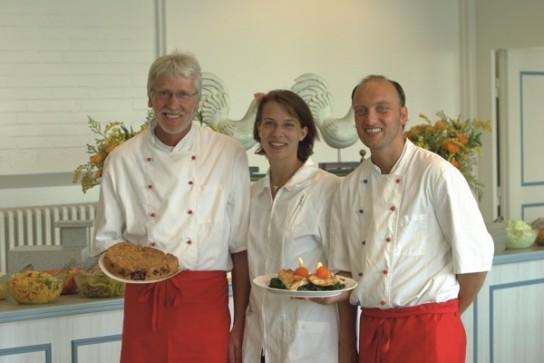 Bild: Zwei Herren und eine Dame unseres Küchenpersonals vor dem Salatbuffet
