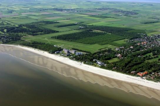 Bild: Eine Luftaufnahme von Wyk, zu sehen sind das Meer, der Strand und der Südliche Teil der Stadt