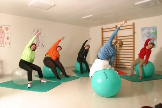 Bild: Eine Therapiegruppe macht Krankengymnastik auf Sitzbällen