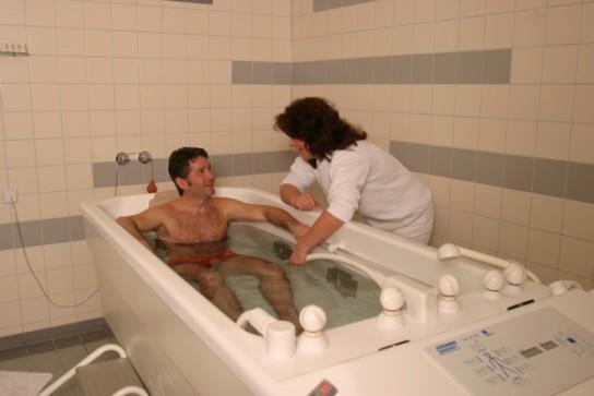 Bild: Ein Patient nimmt ein Therapiebad