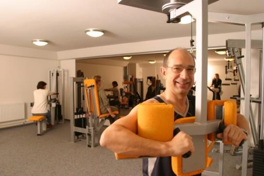 Bild: Ein Mann beim Krafttraining in unserem Trainingsraum