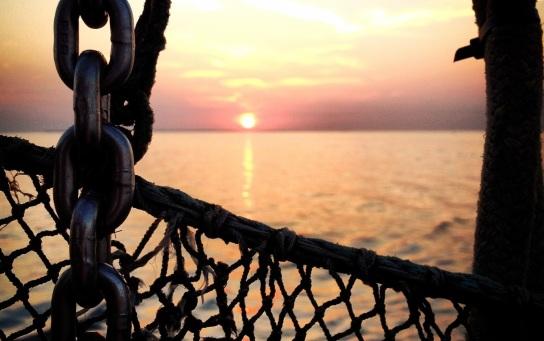 Bild: Ein Fischernetz vor dem Sonnenuntergang bei einer Ausflugsfahrt auf See