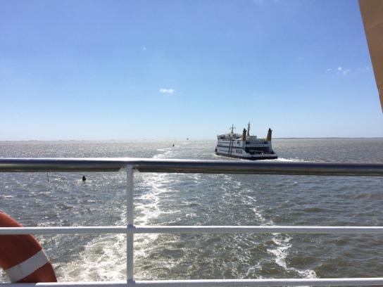 Anreise mit dem Schiff bei strahlend blauem Himmel