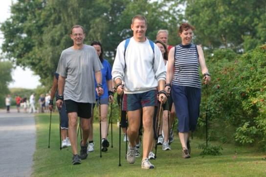 Eine Therapiegruppe beim Nordic Walking