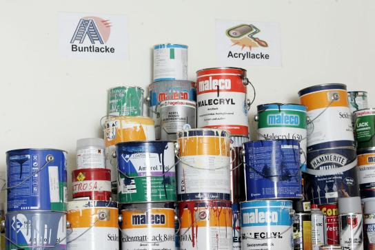 Ein Regal mit vielen verschiedenen bunten Farbdose