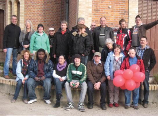 Ein Gruppenbild mit 18 Mitarbeitern der Stormarner