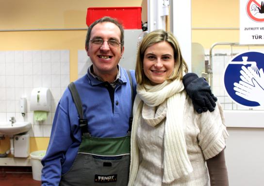 Ein Mitarbeiter der Stormarner Werkstätten Bad Oldesloe und eine Mitarbeiterin der Camfil KG strahlen in die Kamera