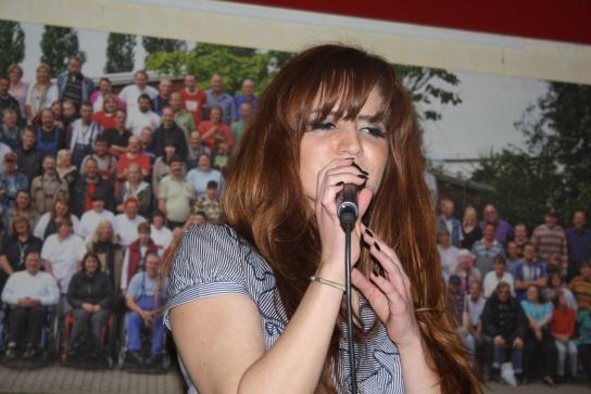Für die musikalische Unterhaltung sorgen die Lübecker Musiker Luisa Rowe (Gesang) und Bartosz Strzelecki (Gitarre).