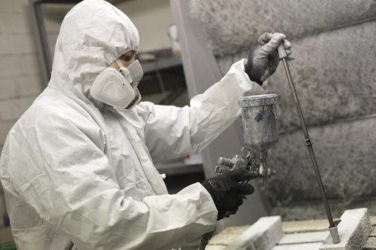Ein Maler lackiert mit der Spritzpistole Industrie