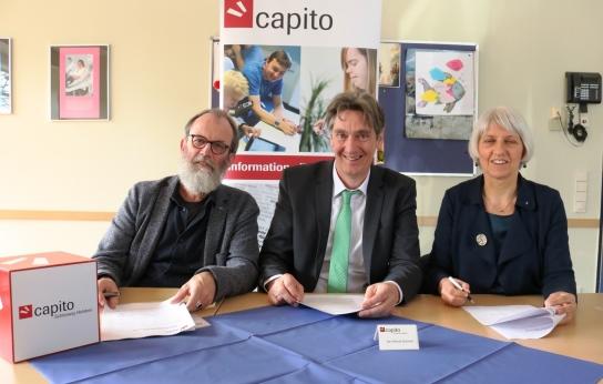 'Stephan Bruns, Jan-Henrik Schmidt und Magdalena Schwering unterschreiben die Qualitätspartnerschaft.