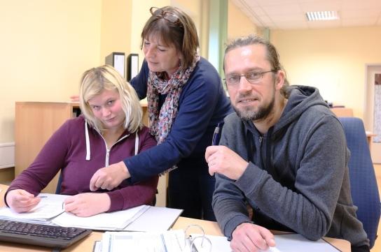 Mitarbeitende besprechen den Arbeitsauftrag
