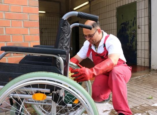 Auch Rollstühle werden gewaschen