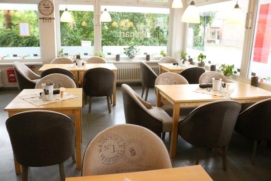In unserem Café kann man gemütlich sitzen und lecker speisen.