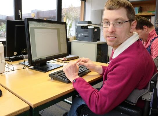 Ein Kollege von der Redaktion blickwinkel am Computer