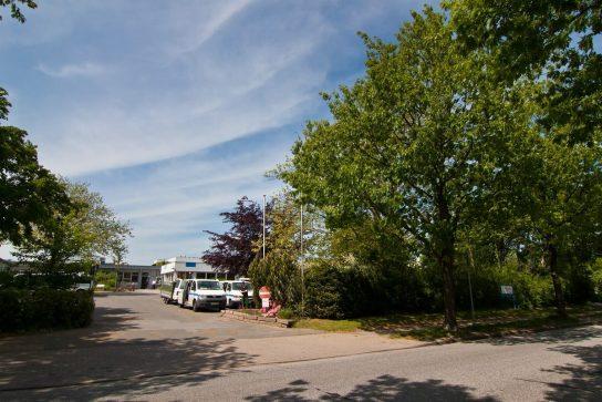 Grünzonen zur Erholung und Parkplätze.
