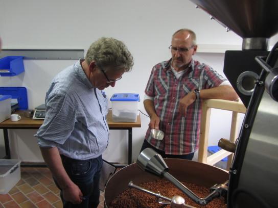 Das Bild zeigt den zusätzlichen Kaffeeröster, der von der Eckernförder Werkstatt angeschafft wurde und im Holm seinen Platz gefunden hat. Jetzt wird die Eckernförder Kaffeerösterei von hier aus unterstützt.