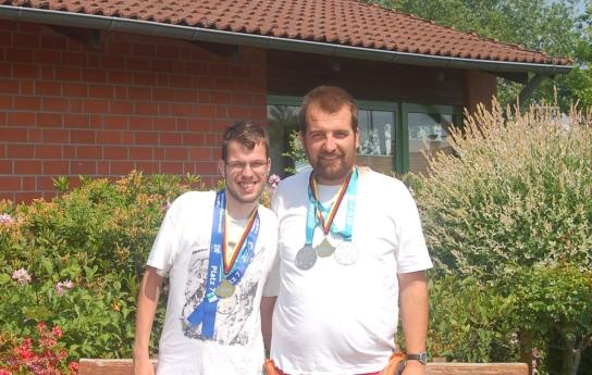 Das Bild zeigt von links Tobias Elsner und Sebasti
