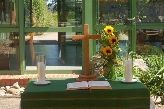 Gottesdienst im Innenhof der Eckernförder Werkstatt