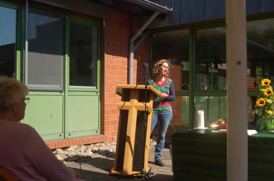 Das Bild zeigt Anja von Keller bei der Begrüßung