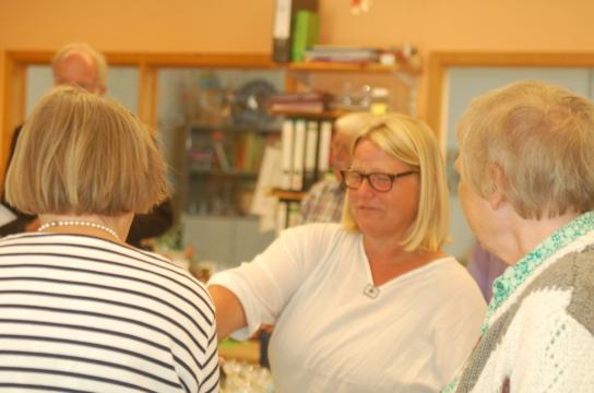 Das Bild zeigt Anette Fritzsche mit interessierten Gästen.