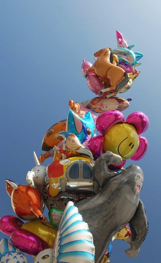 Blumenballons, Tierballons, Herzballons....Kunterbunt ist ein großer Strang an Luftballons im Sommerhimmel zu sehen.