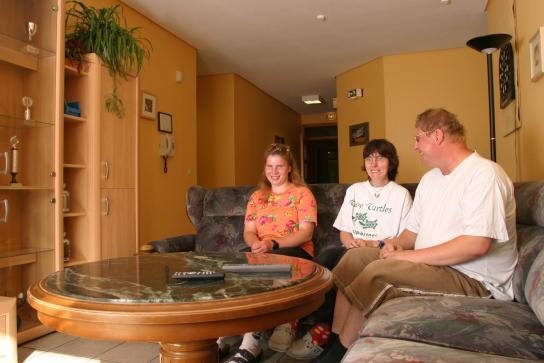 Drei Bewohner im Wohnzimmer