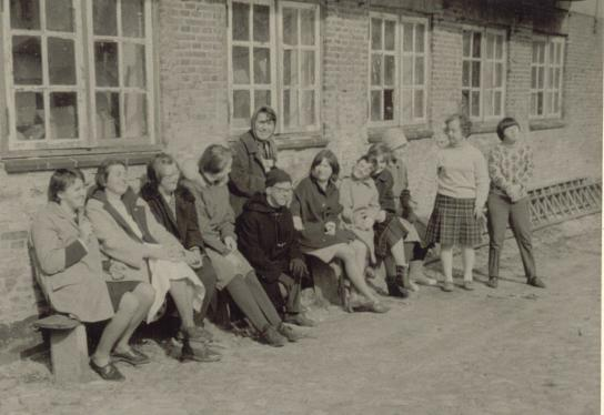Eine wohlverdiente Pause vor dem Werkstattgebäude des Holländerhofes