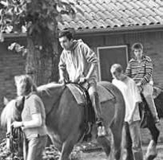 Therapiepferde trugen ihre aufgeregten Reiter geduldig durch den Park