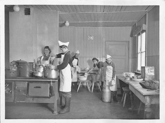 Kohleöfen und Milchkannen: Küchenarbeit in den 1950er Jahren