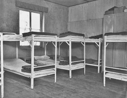 Eher beengt und sehr schlicht: der Schlafsaal der Jungen im JAW Neumünster