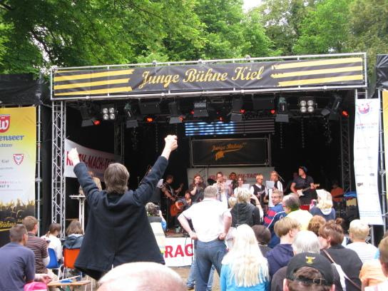 Die Bühne im Hintergrund, vorne Menschen vor der