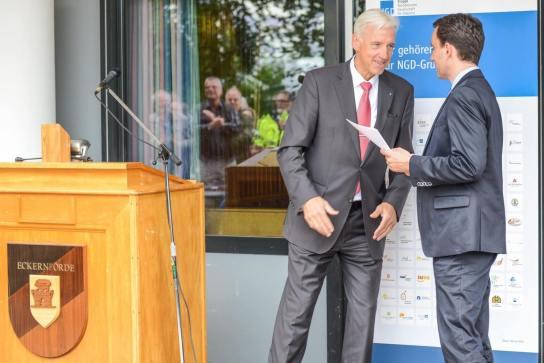 Zwei Männer, daneben ein Rednerpult