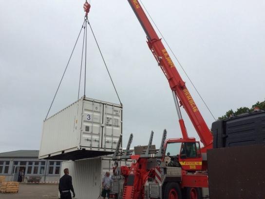 Ein Kran hebt einen Container an
