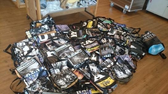 Ein Haufen Taschen im Wacken-Design
