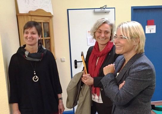 Drei Frauen schauen in die gleiche Richtung und lächeln. Es sind Silke Kuleisa, Claudia Langholz und Kristin Alheit