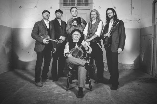 Sechs Männer mit Musikinstrumenten.