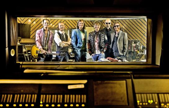 Sechs Männer im Tonstudio.