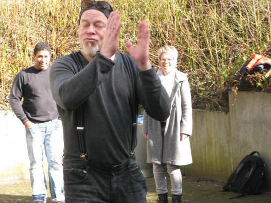Ein Mann klatscht versonnen in die Hände
