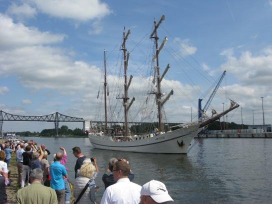 Bild: Ein weißes Segelschiff auf einem Fluss.