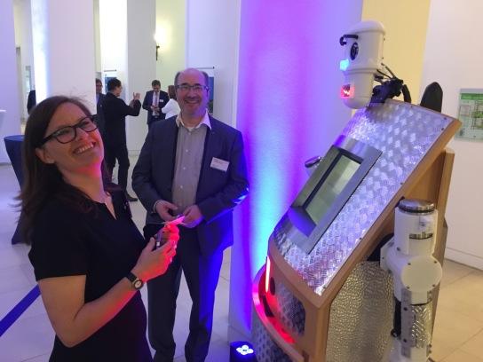 Ein Roboter mit einem Mann und einer Frau davor