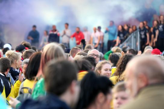 Bild: Eine große Anzahl an Menschen sind versammelt.