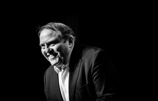 Bild: Gustav Peter Wöhler lächelt in einem schwarz-weißem Foto.