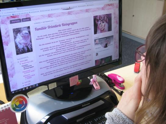 Eine Frau schaut auf einen Computer-Bildschirm