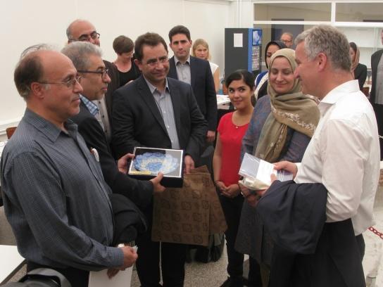 Bild: Eine Gruppe iranischer Professoren überreic