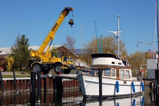 Der Ostsee-Trawler 38 ist sicher im Wasser - Dank des OMS Krans, der bis zu 13 Tonnen Gesamtgewicht eingesetzt wird.