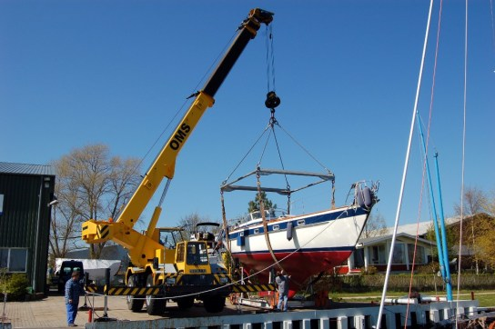 Im Herbst werden die Boote mit dem Kran aus dem Wasser gehoben; im Frühjahr wieder zu Wasser gelassen.