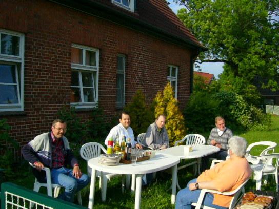 Die Bewohner im Sommer im Garten