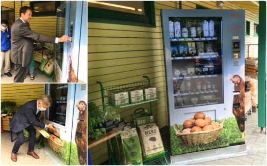 Heiko Naß, Landespastor des Diakonischen Werkes, und Martin Seehase, Geschäftsführer der NGD-Gruppe, kaufen Bio-Lebensmittel an der Regio-Box ein