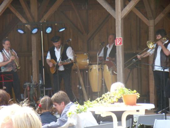 Vier Musiker spielen in der Remise.