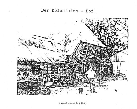 Das Bild zeigt den Kolonistenhof 1983 mit H. Ratjen (damaliger Eigentümer).